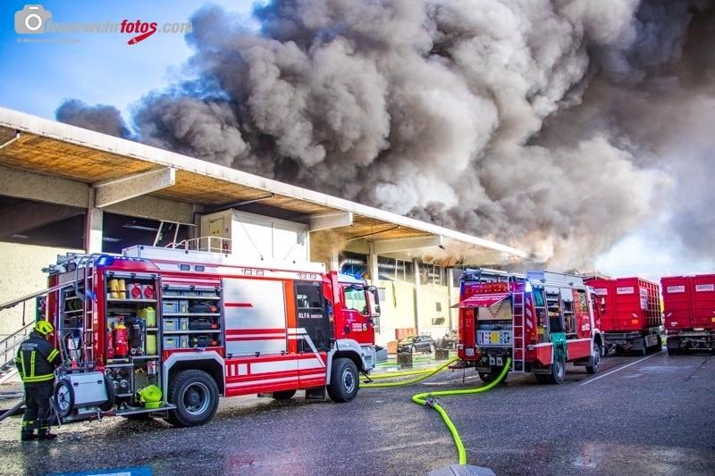 Höchste Alarmstufe bei Großbrand nach Explosion in Müllentsorgungsbetrieb in Hörsching!