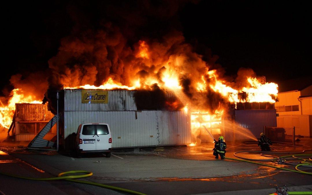 Alarmstufe 2 bei Großbrand einer Firmenhalle in Pasching sorgt für Einsatz von elf Feuerwehren