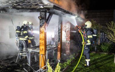 Nächtlicher Gartenlaubenbrand endet glimpflich